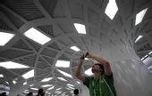图:志愿者在地铁奥运支线森林公园南门站拍摄