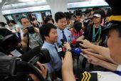 图:记者采访地铁奥运支线首趟列车驾驶员