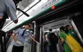 图:地铁奥运支线乘务员引导记者进入车厢
