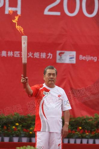 刘鸿图展示火炬