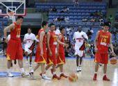 图文:男篮vs安哥拉赛前 两队球员来到球场