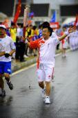 图文:奥运圣火在大连传递 第88棒火炬手李传声