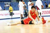 图文:中国男篮VS安哥拉 孙悦积极热身