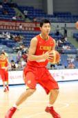 图文:中国男篮VS安哥拉 易建联热身
