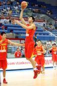 图文:中国男篮VS安哥拉 易建联飞扣