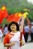 图文:奥运圣火在大连传递 200棒火炬手王丽娜