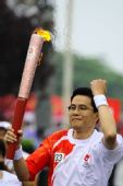 图文:奥运圣火在大连传递 133棒火炬手何绍伟