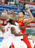 图文:中国男篮VS安哥拉 姚明争抢篮板球