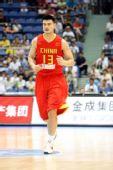 图文:中国男篮VS安哥拉 姚明积极回防