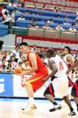 图文:中国男篮VS安哥拉 姚明背身护球
