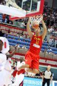 图文:中国男篮VS安哥拉 易建联暴扣