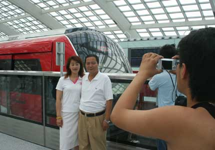 机场线正式开放,在机场3号航站楼内过往的乘客纷纷掏出相机与新线列车合影