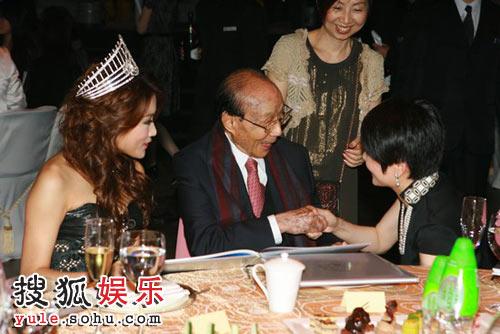 邵逸夫与佳丽同坐