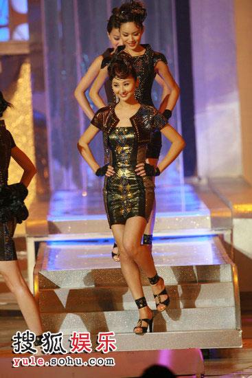 图:众佳丽与舞蹈员一同热舞 04