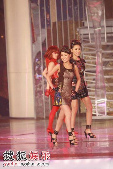 图:众佳丽与舞蹈员一同热舞 07