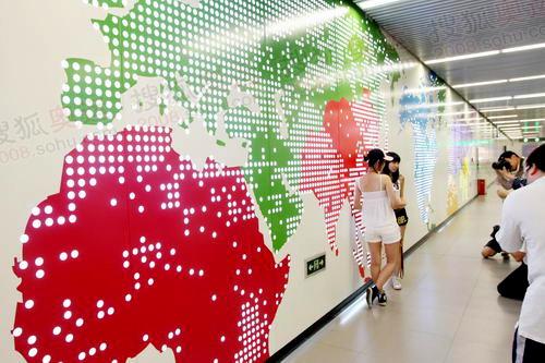 三元桥站的国际地图图案引来大量群众拍照留念