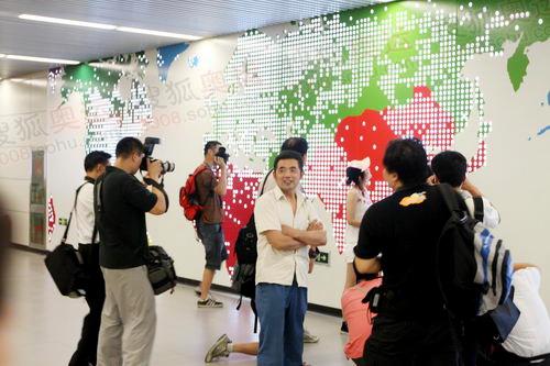 三元桥站的国际地图图案引来影友拍照