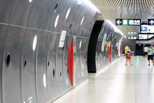 专为中央修建的金台夕照站太空感的装饰走廊