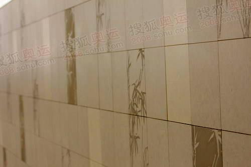 国贸站的雕花墙壁