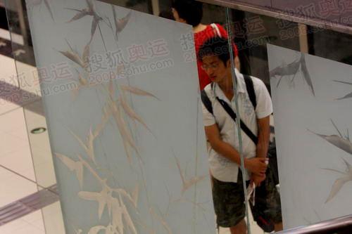 国贸扶梯边的雕花玻璃
