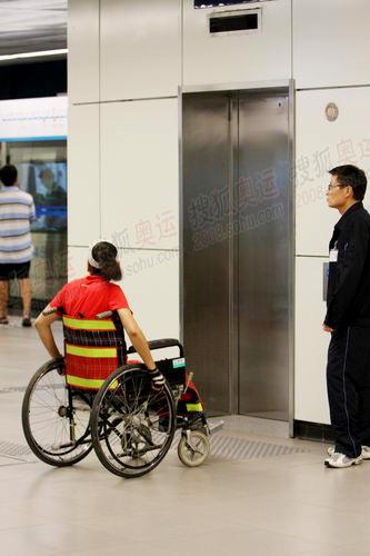 地铁里设有无障碍设施供残疾人用