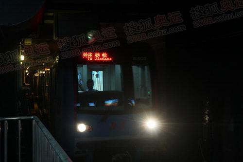 十号线驶进地铁站