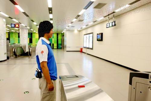 地铁里的志愿者将陪伴地铁10号线直到奥运结束