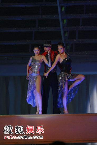 胡定欣与王君馨 穿上性感的舞衣热舞