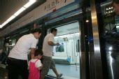 组图:首批乘客乘坐10号线 尽情体验现代化设施