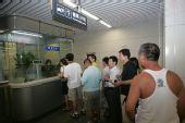 组图:10号线现代化设施齐全 自动售票机人气旺