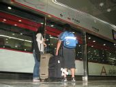 组图:机场快轨开通 乘客络绎不绝体验轨道交通