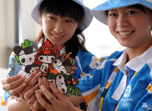 7月20日,志愿者在秦皇岛奥体中心展示福娃粘贴画。