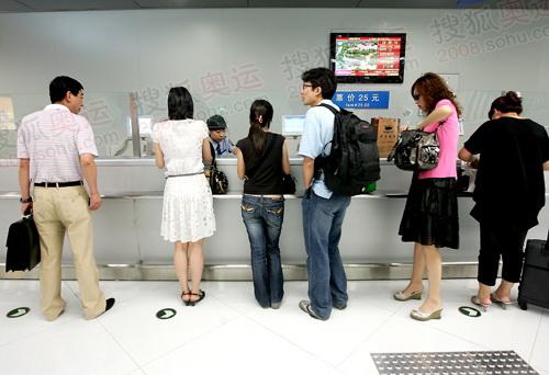 机场旅客选择乘坐机场快线