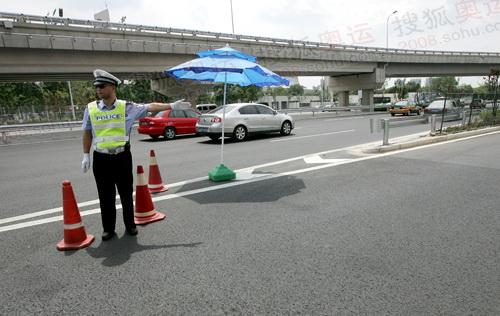 安惠西桥出口警察在检查车辆