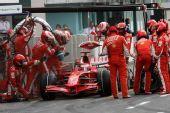 图文:[F1]德国大奖赛正赛 莱科宁进站加油