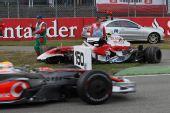 图文:[F1]德国大奖赛正赛 赛车被推到场边