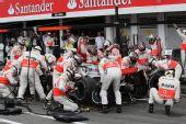 图文:[F1]德国大奖赛正赛 迈凯轮加油换胎