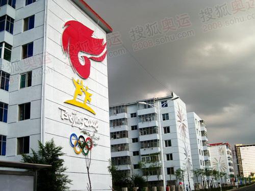 奥体中心周围楼体装饰奥运图案 韩大海摄