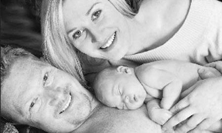 """威恩和凯莉抱着他们的""""奇迹女婴"""""""