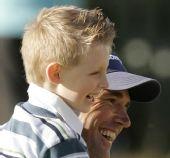 图文:英国公开赛哈灵顿夺冠 与儿子分享胜利