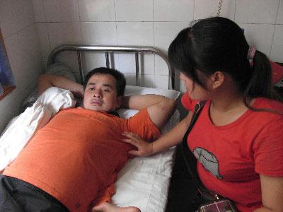 病床上的郑有华托本报帮忙寻找救人不留名的好民警。盛磊 摄
