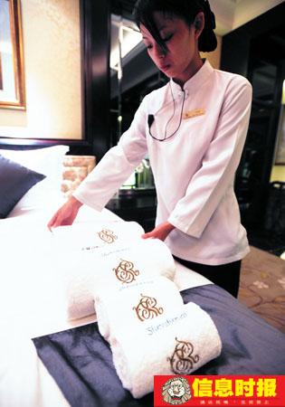 体育1-1 酒店处处体现球员标志,毛巾上绣上球员的名字,该图是舍瓦的名字