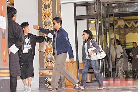 李亚鹏(左三)跟王菲女儿窦靖童(左四)一到机场,就有专人迎接