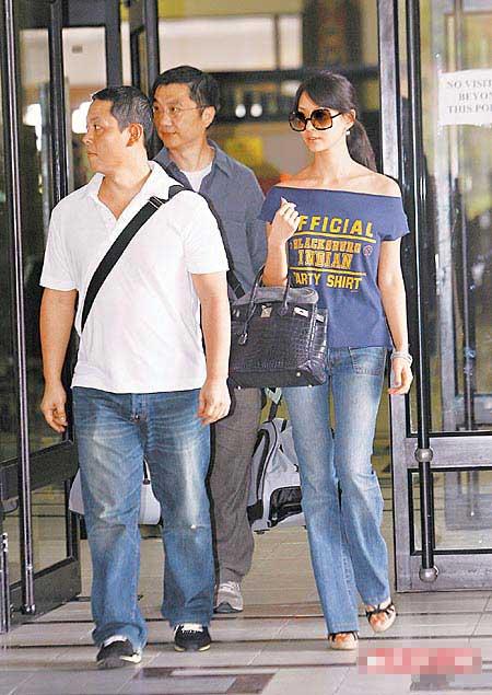 孙芸芸(右)与老公廖镇汉(左)昨连袂现身不丹机场