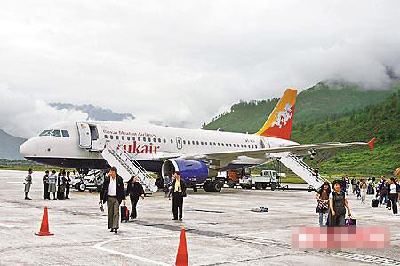 不丹为群山围绕,机场云雾缭绕犹如人间净土