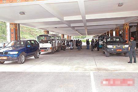 昨不丹机场外,有两排专车接送婚礼嘉宾
