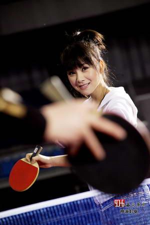 图文:何琳带你看赛场 美女何琳体验乒乓球馆