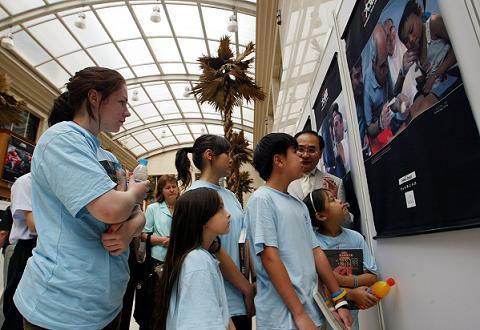 来自北京加拿大国际学校的外国学生观看地震展览。
