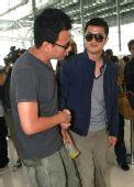 图:李亚鹏与胡军机场念旧 当众握手