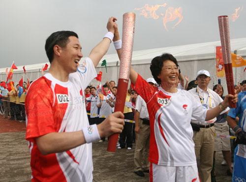 第2、3棒陈爱新与臧爱民共同展示火炬